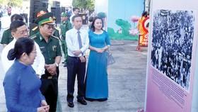 Đại biểu tham quan triển lãm