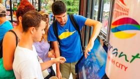 Du khách quốc tế tìm hiểu thông tin tại Trạm thông tin du lịch TPHCM