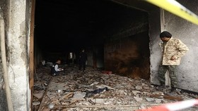 Một trụ sở của Ủy ban bầu cử Libya tại Tripoli sau vụ tấn công của những kẻ đánh bom tự sát. Ảnh: THX