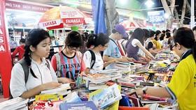 Bạn đọc chọn mua sách tại Hội sách TPHCM