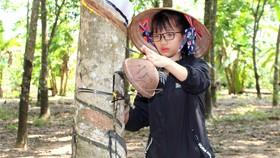 Tranh thủ ngày nghỉ học, Trang về Bình Phước, theo mẹ lên lô  bóc mủ cao su thuê