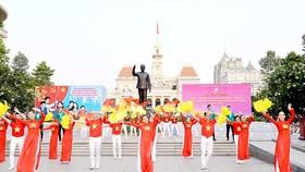 Biểu diễn văn nghệ trong lễ phát động phong trào thi đua năm 2018 của TPHCM Ảnh: VIỆT DŨNG