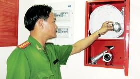 Cảnh sát PCCC kiểm tra thiết bị chữa cháy tại một cao ốc