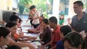 Phụ huynh Hà Nội rút - nộp hồ sơ vào lớp 10 sáng 5-7.         Ảnh: LÊ HÙNG
