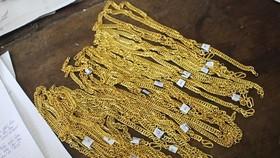 Số dây chuyền vàng giả được các đối tượng mua để lừa bán. Ảnh: BAONGHEAN.VN