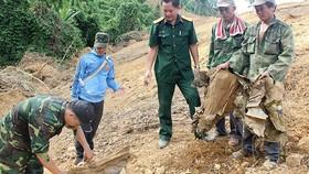 Ông Võ Văn Lâm cùng cán bộ, chiến sĩ Thị đội Hương Thủy tìm hài cốt liệt sĩ