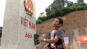 Già làng Hải Viên Xê, ở xã A.Đớt, huyện A Lưới, tỉnh Thừa Thiên - Huế xem việc bảo vệ cột mốc  nơi biên cương là nhiệm vụ thiêng liêng