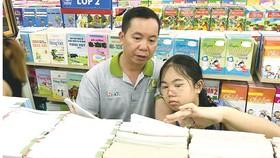Mấy ngày qua, nhiều phụ huynh và học sinh đã khá vất vả tìm sách giáo khoa  Ảnh: HOÀNG HÙNG
