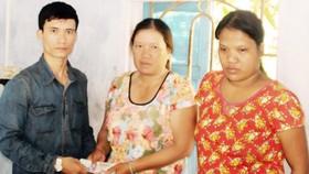 Đại diện báo SGGP tại Bình Định trao tiền hỗ trợ bạn đọc đến tận tay hoàn cảnh mẹ con chị Nguyễn Thị Bích Vân