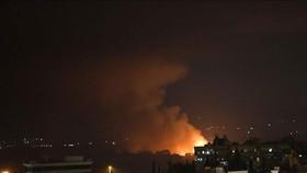 Khói lửa bốc lên từ căn cứ không quân Mazzeh, phía Tây thủ đô Damascus, Syria ngày 2-9. Ảnh: THX/TTXVN