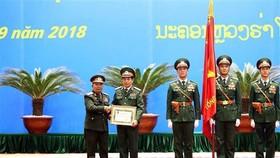 Thượng tướng Chansamone Chanyalath trao Huân chương Tự do Itxala của Nhà nước Lào cho Thượng tướng Phan Văn Giang. Ảnh: TTXVN