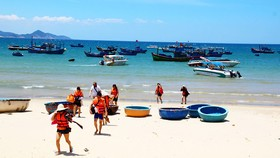 Du khách đến làng biển Nhơn Lý tăng trong những năm gần dây, thúc đẩy các loại hình hậu cần du lịch phát triển