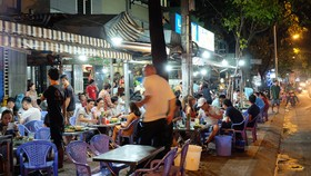 Hàng quán kê bàn ghế sát lòng đường