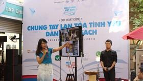 """Chị Trần Thị Kim Thoa giới thiệu về """"Tủ sách giải trí và giáo dục"""" tại chương trình """"Book Tank"""" do Đường sách TPHCM tổ chức"""