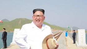 Lãnh đạo Triều Tiên Kim Jong-un thị sát tuyết đường sắt nối Koam với Dapchon ở Triều Tiên hồi tháng 5. Ảnh: KCNA