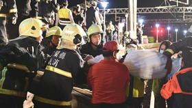 Lực lượng cứu hộ chuyển thi thể nạn nhân tại hiện trường vụ tai nạn trật bánh tàu hỏa ở Nghi Lan, Đài Loan (Trung Quốc) ngày 21-10-2018