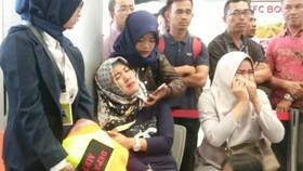Người thân của các hành khách trên chuyến bay JT610 bật khóc tại sân bay Depati Amir ở Pangkal Pinang khi hay tin. Ảnh: REUTERS