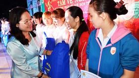 Lãnh đạo TPHCM trao tấm vé nghĩa tình (mỗi năm TPHCM tặng hơn 30.000 vé xe) tặng công nhân về quê đón tết    Ảnh: THÁI PHƯƠNG