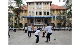 Học sinh Trường THPT chuyên Trần Đại Nghĩa trong giờ ra chơi