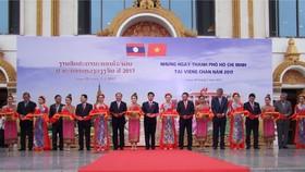 """Lãnh đạo TPHCM và lãnh đạo Thủ đô Viêng Chăn cắt băng hai mạc """"Những ngày TPHCM tại Viêng Chăn năm 2017"""""""