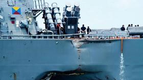 Vụ va chạm khiến cho tàu khu trục USS John S. McCain bị móp một lỗ lớn bên mạn trái, 10 thủy thủ trên tàu thiệt mạng. Ảnh: wired.com