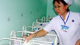 Xử lý trách nhiệm khi bệnh viện trao nhầm con