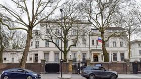 Quang cảnh bên ngoài tòa nhà Đại sứ quán Nga tại London (Anh). Nguồn: THX