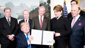 Tổng thống Mỹ công bố quyết định áp thuế 25% lên hàng hóa nhập khẩu từ Trung Quốc. Ảnh: New York Times