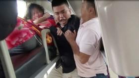 Khống chế đối tượng ngáo đá uy hiếp hành khách. Ảnh cắt từ clip