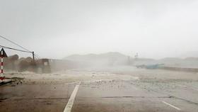 Vùng áp thấp đã mạnh lên thành áp thấp nhiệt đới, Biển Đông có mưa dông, gió giật cấp 8