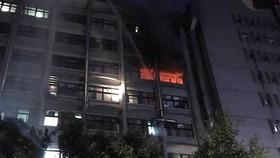 Ngọn lửa bùng phát lúc 4 giờ 30 sáng ngày 13-8 tại bệnh viện Weifu, quận Xinzhuang, phía bắc thành phố Tân Bắc, Đài Loan. Nguồn: Phòng cứu hỏa thành phố Đài Bắc/FaceBook