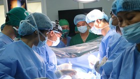 Các chuyên gia, bác sĩ phẫu thuật bóc tách khối u cho bệnh nhân