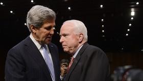 Ông John McCain (phải) và ông John Kerry, những người có ảnh hưởng lớn đến tiến trình bình thường hóa quan hệ Mỹ - Việt