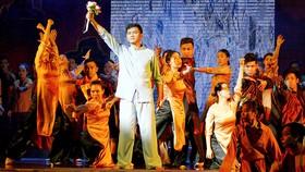 NSƯT Tấn Giao trong vai Tống Văn Sơ - Nguyễn Ái Quốc vở Tổ quốc nơi cuối con đường