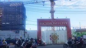 Việc đào đất, làm móng công trình Richmond City đã làm nhà cửa  của hơn 40 hộ dân xung quanh bị nứt, sụt lún