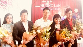 Ca sĩ Hương Lan (thứ hai, từ phải sang) và các nghệ sĩ hải ngoại khác sẽ được cấp phép biểu diễn có thời hạn. Ảnh: GIA BÌNH