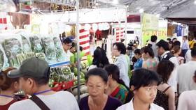 Người dân mua sắm các sản phẩm có nguồn gốc sản xuất an toàn