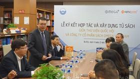 Chủ tịch Alpha Books Nguyễn Cảnh Bình phát biểu tại lễ ký. Ảnh: dangcongsan