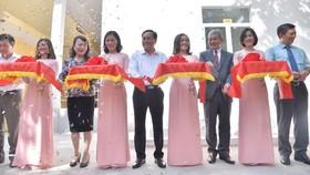 Ông Keiji Kaneko, Tổng Giám đốc Công ty Ajinomoto Việt Nam, cùng Thứ trưởng Bộ GD- ĐT Nguyễn Thị Nghĩa và các đại biểu cắt băng khánh thành bếp ăn