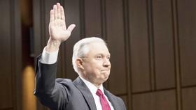 Bộ trưởng Tư pháp Mỹ Jeff Sessions tuyên thệ trong phiên điều trần trước Ủy ban Tình báo Thượng viện của Quốc hội ngày 13-6-2017