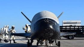 Các kỹ sư kiểm tra tàu bay tại Trung tâm Vũ trụ Kennedy tháng 5-2017. (Ảnh: Reuters)