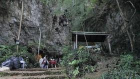 Lối vào cửa hang động được cho là nơi đội bóng thiếu niên bị mất tích. (Nguồn: Thai News Pix/AP)