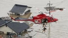 Sơ tán các nạn nhân bị mắc kẹt tại các khu vực ngập lụt nghiêm trọng ở Kurashiki, tỉnh Okayama ngày 7-7 vừa qua. (Ảnh: Kyodo/TTXVN)