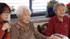 Các nạn nhân bị bắt làm 'phụ nữ mua vui' theo dõi báo cáo về thỏa thuận Hàn Quốc-Nhật Bản tại Gwangju, phía đông Seoul, ngày 27-12-2017. Ảnh: YONHAP
