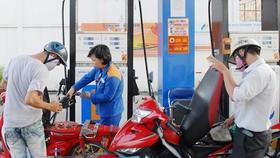 Khách hàng đổ xăng tại cây xăng Petrolimex trên đường Kinh Dương Vương, quận 6, TPHCM. Ảnh: CAO THĂNG