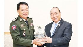 Thủ tướng Nguyễn Xuân Phúc tặng quà lưu niệm Đại tướng Vong Pisen, Tổng Tư lệnh Quân đội Hoàng gia Campuchia     Ảnh: TTXVN