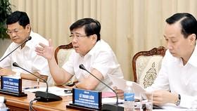Chủ tịch UBND TPHCM Nguyễn Thành Phong phát biểu trong buổi họp về tình hình kinh tế - xã hội TPHCM       Ảnh: VIỆT DŨNG