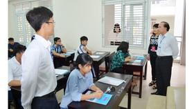 Đoàn kiểm tra phòng thi trước giờ phát đề môn Lịch sử tại Trường THPT Long Xuyên.