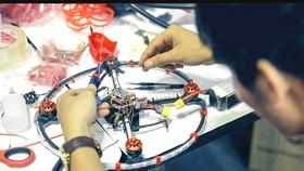 Để có chiếc drone hoàn chỉnh đòi hỏi kỹ năng lắp ráp kiên trì và tỉ mỉ. Ảnh: Internet