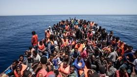 Những người Libya chen chúc trên những con thuyền để vượt biển đến Italia. Ảnh: SPUTNIK